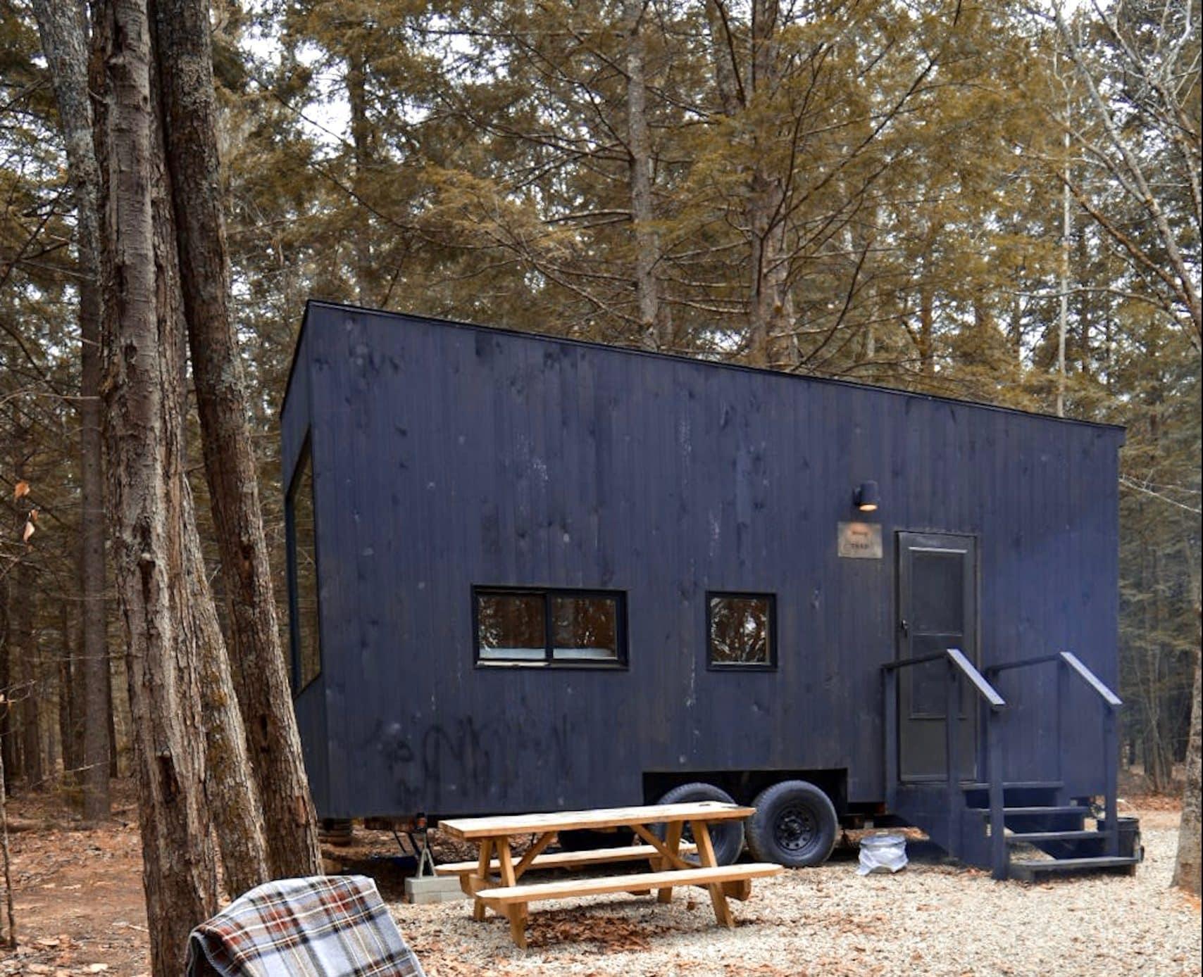 Une Tiny House dans une forêt